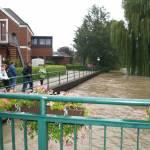 Einige Leute schauten sich das Hochwasser der Vechte an.