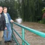 Die Anwohner Josef Elling (l.) und Heinz Teupen verfolgten aufmerksam die Entwicklung des Hochwassers.