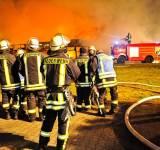 Großbrand in Metelen: In der Nacht zu Donnerstag wurde das ehemalige Autohaus Becker ein Raub der Flammen. Der Schaden liegt mindestens im sechsstelligen Bereich. Die Feuerwehr geht von Brandstiftung aus.